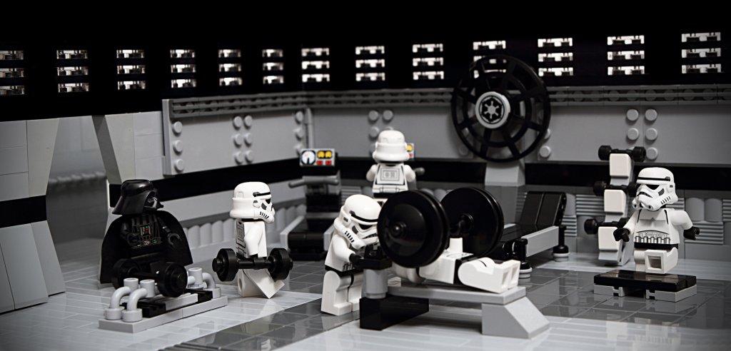 Soldados imperiales de lego haciendo ejercicio seguramente motivados por las intenciones de implementación.